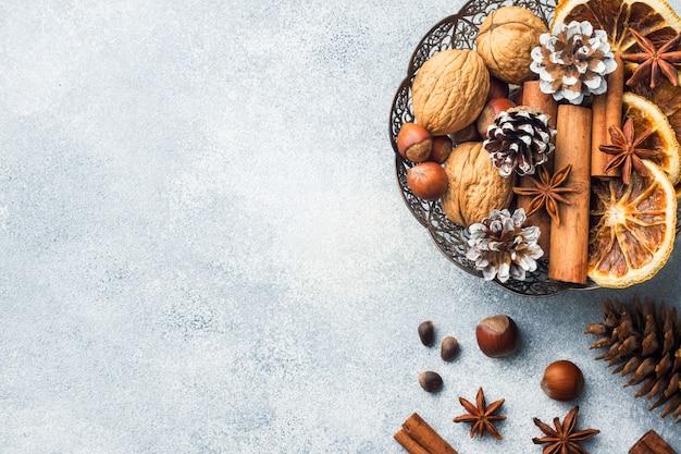 Wintervoedsel ingrediënten noten kegels sinaasappels kaneel steranijs