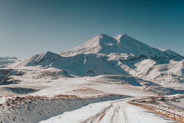 Winterweg in de bergen. mooi landschap van de bergen van de kaukasus.