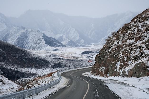 Winterweg in de bergen. sneeuw.