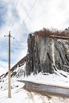 Winterweg in een bergkloof