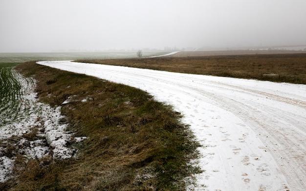 Winterweg voor autorijden in de winter, bedekt met sneeuw na sneeuwval