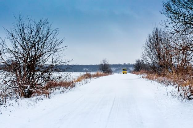 Winterweg waarop de bus rijdt