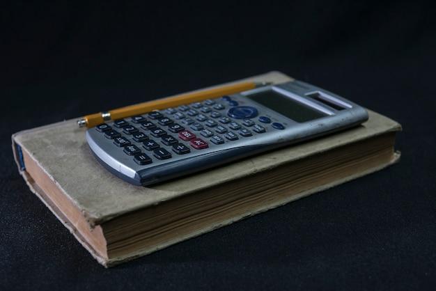 Wiskunde leerboek, potlood en rekenmachine