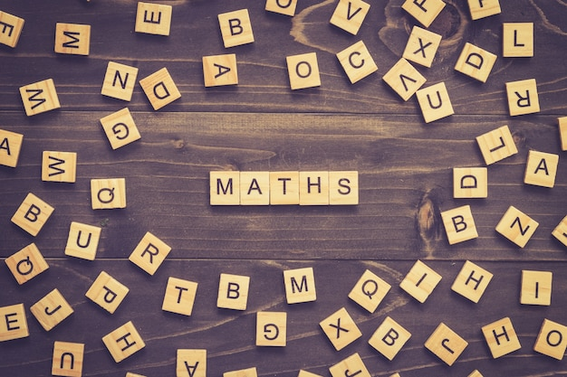 Wiskunde woord hout blok op tafel voor business concept.