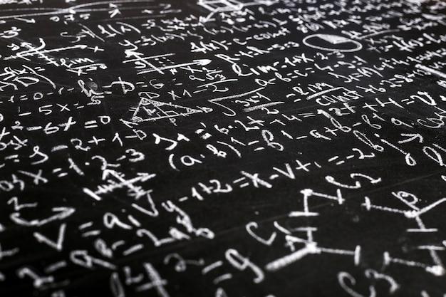 Wiskundige en natuurkundige vergelijkingen op een schoolbord