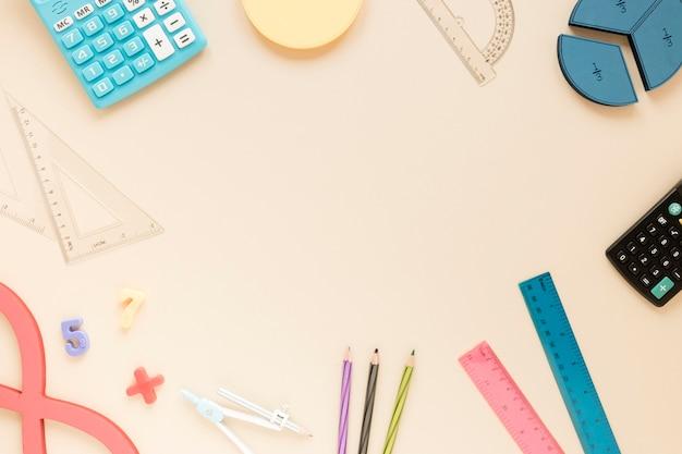 Wiskundige linialen levert frame met kopie ruimte en school items