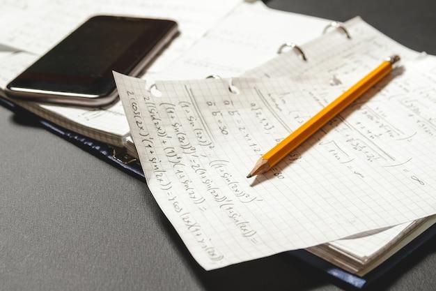 Wiskundige vergelijkingen geschreven in een notitieboekje