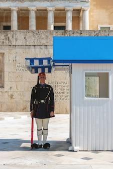 Wisseling van de presidentiële garde genaamd evzones voor het monument van de onbekende soldaat