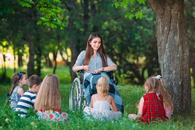 Wisselwerking van een leraar in een rolstoel met studenten