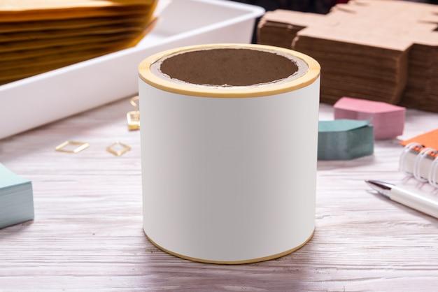 Wit bandbroodje op houten bureaulijst