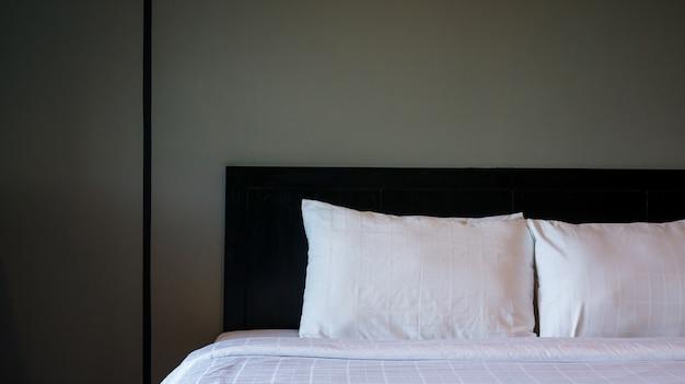 Wit bed en kussen in de slaapkamer.