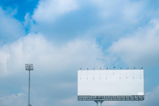 Wit bilboard met sportverlichting