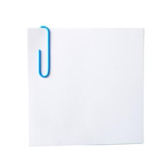 Wit blad voor notities met een paperclip