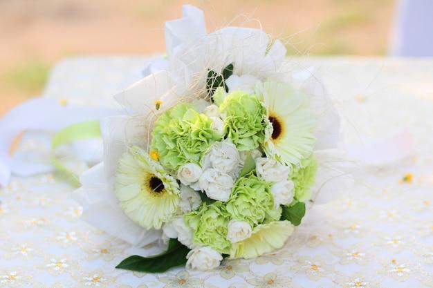 Wit bloemenboeket voor valentine day en vieringsconcept.
