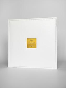 Wit boek in leren band met een gouden metalen inlegvel met inscriptie in het latijn - in een niet-restitueerbare tijd. print producten. fotoboeken en albums. individuele producten.