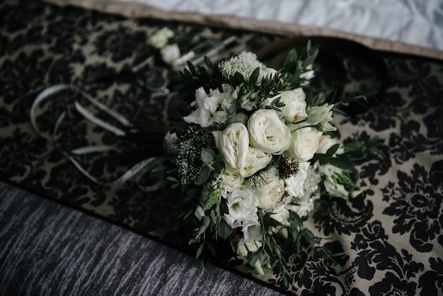 Wit boeket van bloemen die op de vloer liggen
