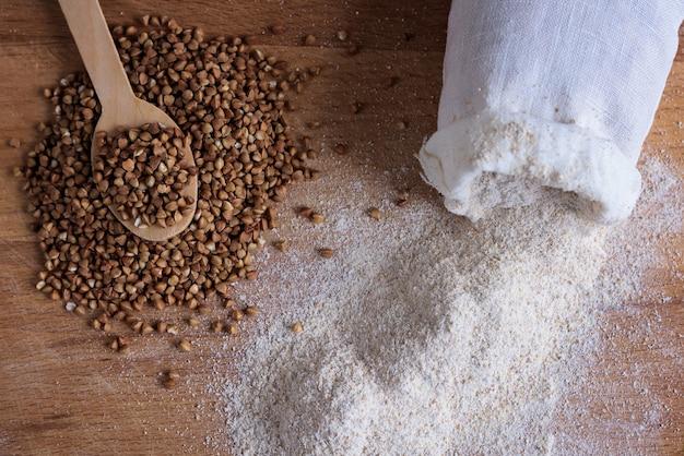 Wit boekweitmeel met witte katoenen zak