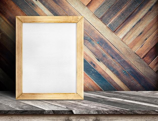 Wit bord op plank houten tafelblad bij diagonale tropische houten muur