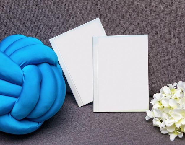 Wit briefkaartboek met geïsoleerde bloem