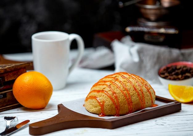 Wit brood gegarneerd met karamelsiroop