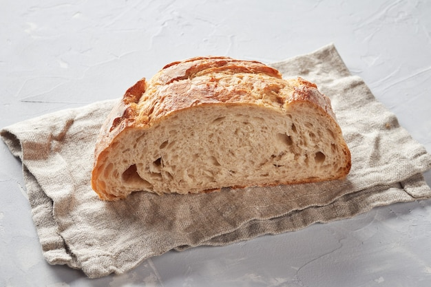 Wit brood gemaakt van tarwemeel, concrete achtergrond