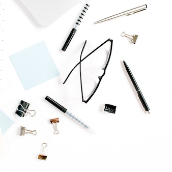 Wit bureau frame met blanco papier en benodigdheden