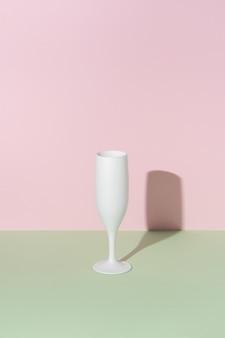 Wit champagneglas op lichte achtergrond