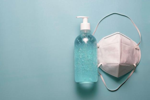 Wit chirurgisch gezichtsmasker en alcoholgel ter bescherming tegen het coronavirus of covid 19