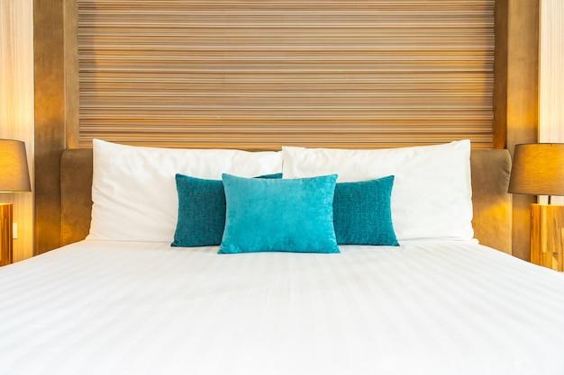 Wit comfortabel kussen op het interieur van de beddecoratie