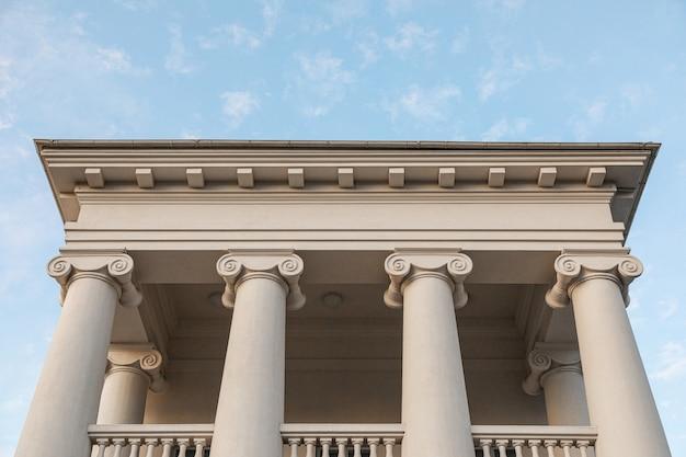Wit cultureel klassiek gebouw, vooraanzicht