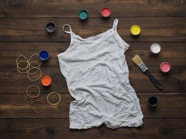 Wit dames-t-shirt voorbereid om te schilderen in de stijl van tie-dye. stof beitsen in tie-dye-stijl.