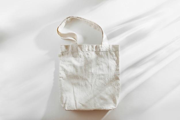 Wit eco-tasmodel, lege winkelzaksjabloon met kopieerruimte.