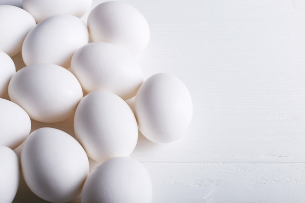 Wit eierenpatroon, op een houten lijst.