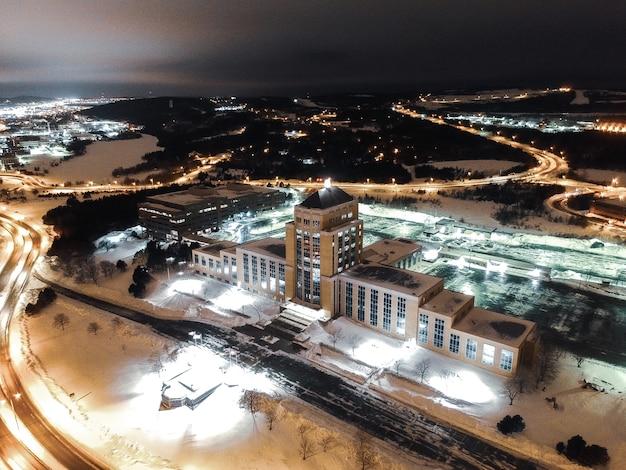 Wit en bruin betonnen gebouw tijdens de nacht