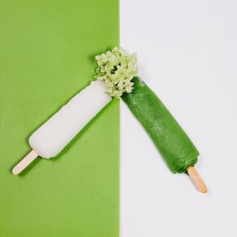 Wit en groen fruitijs en bloem