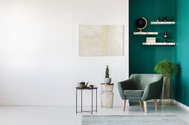 Wit en groen woonkamerinterieur met fauteuil, planten, theepotset en boekenplanken