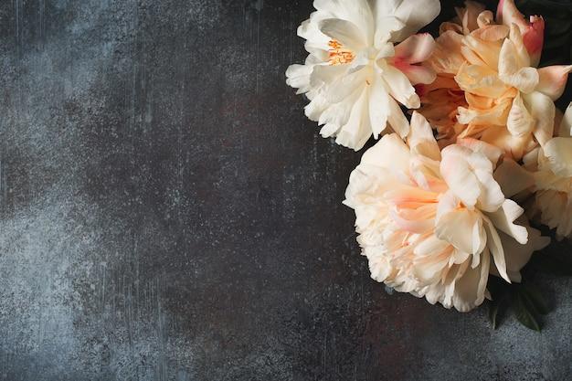 Wit en roze pioenrozen frame op donkere achtergrond, kopieer ruimte