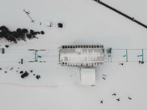 Wit en zwart gebouw bedekt met sneeuw
