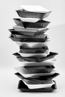 Wit en zwart schuim voedsel container trays (piepschuim trays) gestapeld