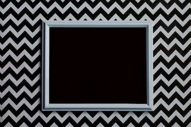 Wit frame met lege zwarte achtergrond op een creatieve witte en zwarte achtergrond