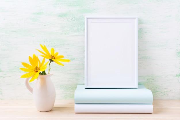 Wit frame mockup met twee diep gele rosinweed en boeken