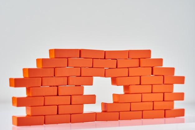Wit gat in een bakstenen muur. frame van speelgoedblok in de vorm van baksteen