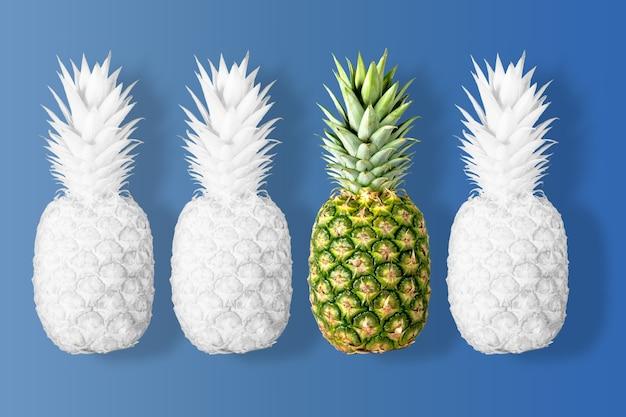Wit gekleurde ananas op een levendige blauwe achtergrond