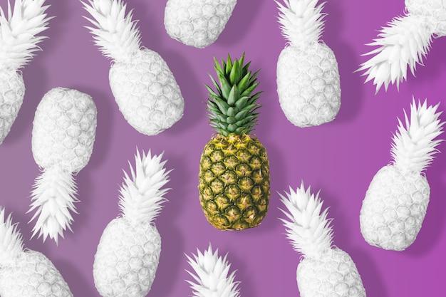 Wit gekleurde ananas op een levendige roze achtergrond