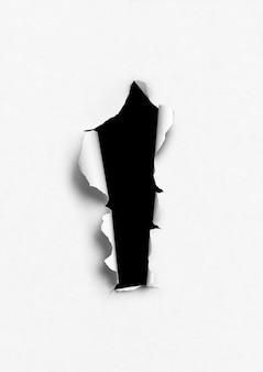 Wit gescheurd papier met zwart gat