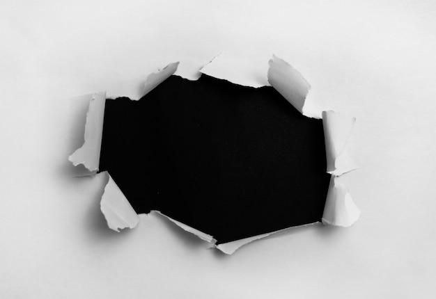 Wit gescheurd papier op zwarte achtergrond