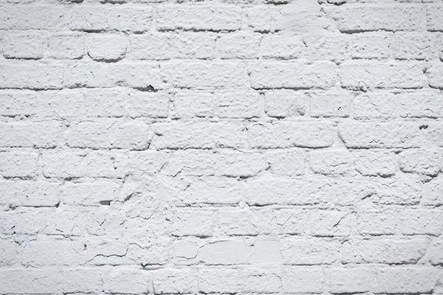 Wit geschilderde bakstenen muur