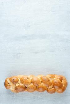 Wit gevlochten brood op steen