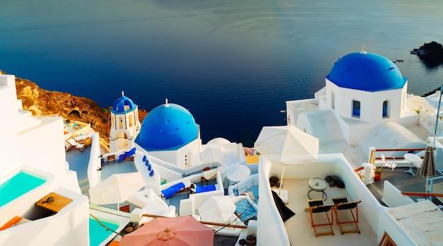 Wit grieks dorp oia van santorini, met blauwe koepels van kerken en daken van het dorp, griekenland, webbannerformaat, afgezwakt