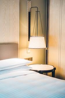 Wit hoofdkussen op bed